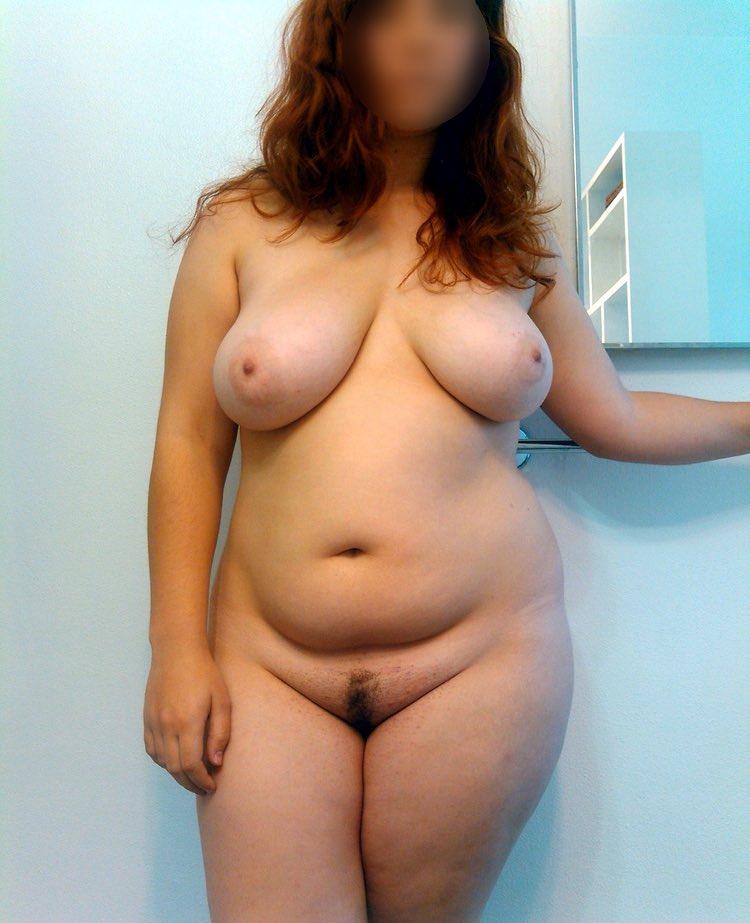 Dans les gros seins d'une femme ronde sexy nue dans ton lit
