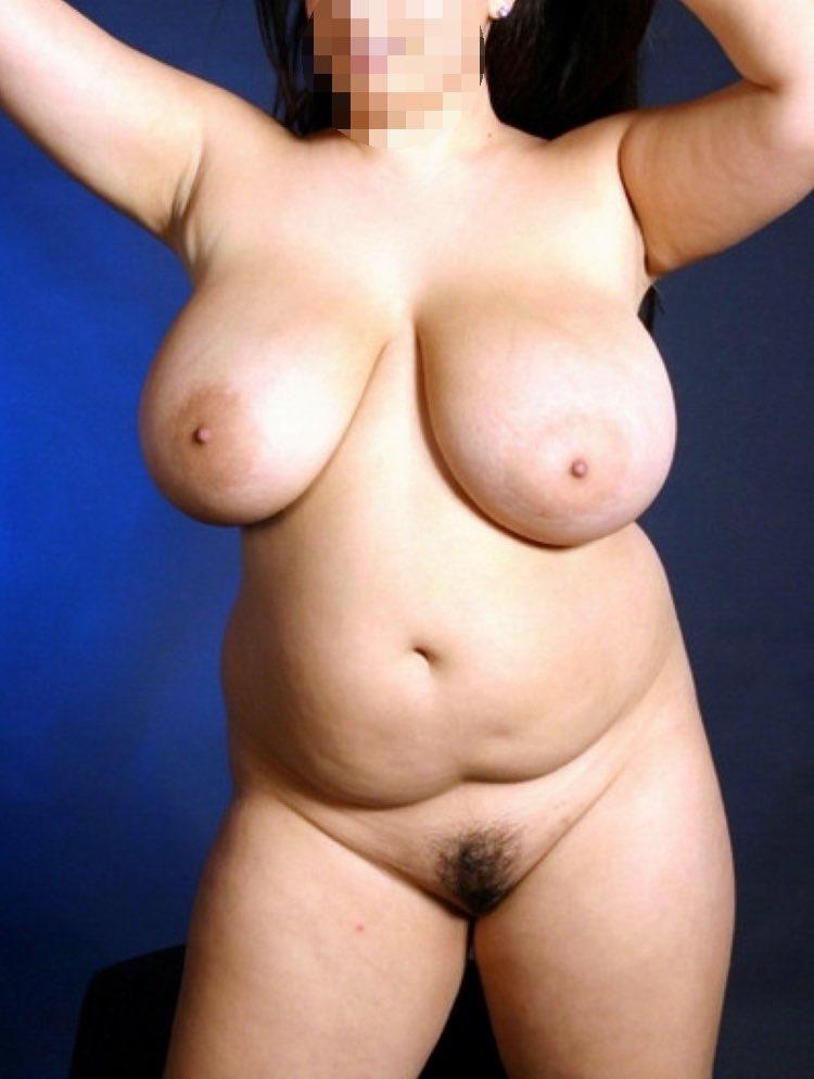 Jolie ronde nue exhibe son cul de Miss Ronde