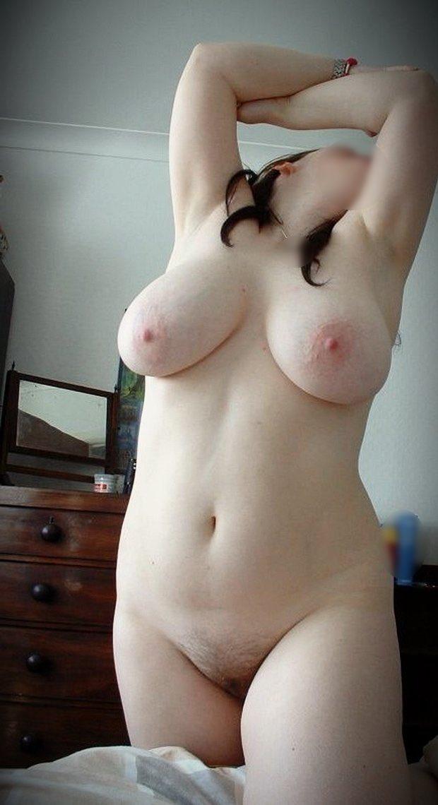 Jolie meuf ronde et pose nue