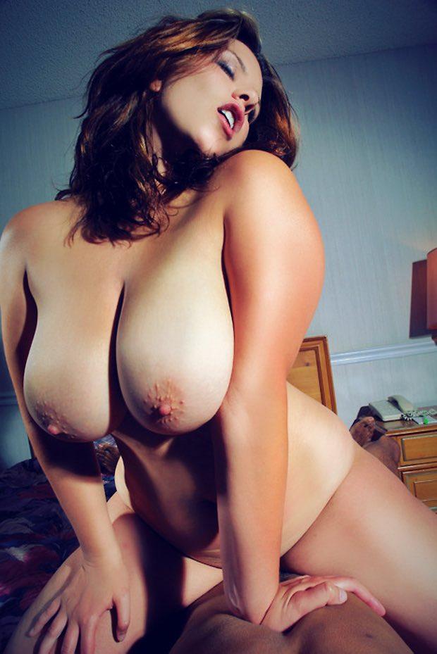 Dans les gros nibards d'une belle femme ronde