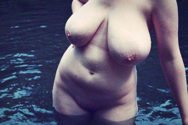 Des gros seins lourds qui tombent avec sensualité