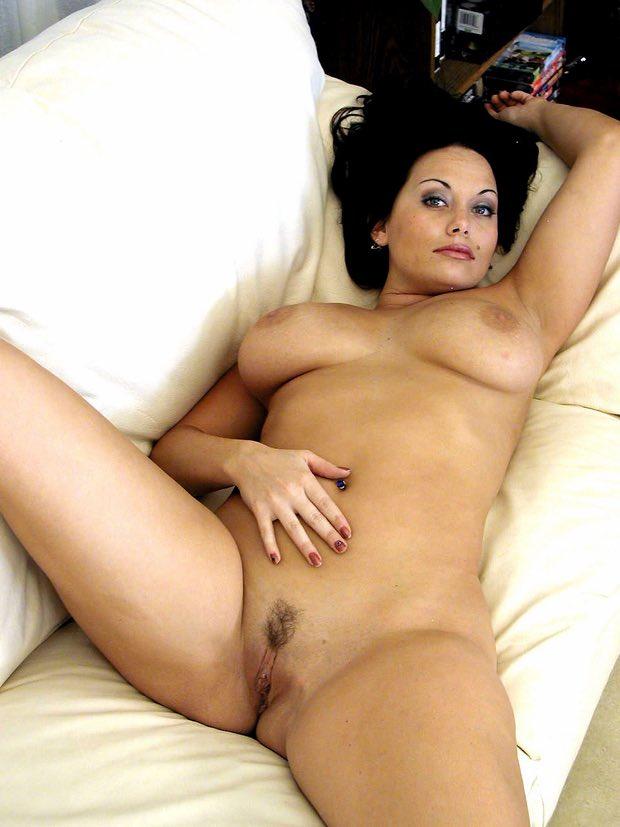 Belle et bonne meuf ronde nue