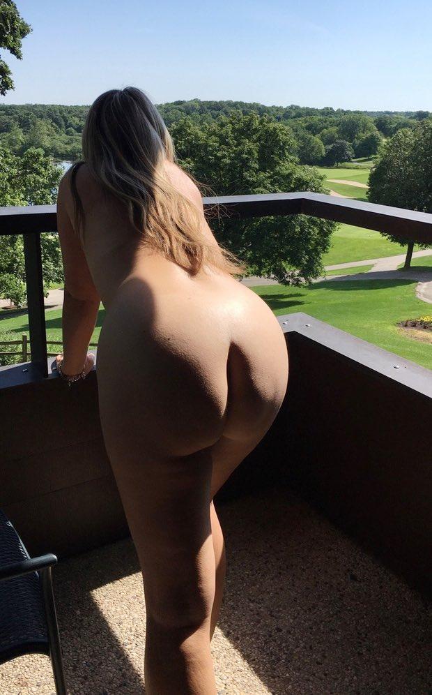 Une jolie amatrice ronde pose nue sur son balcon