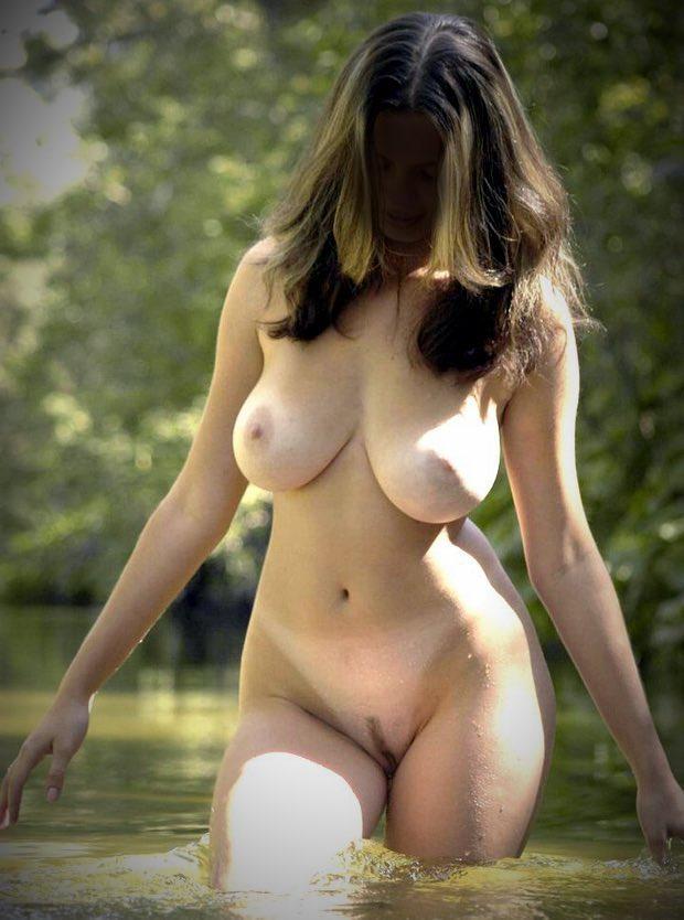 Belle toute nue avec des formes excitantes