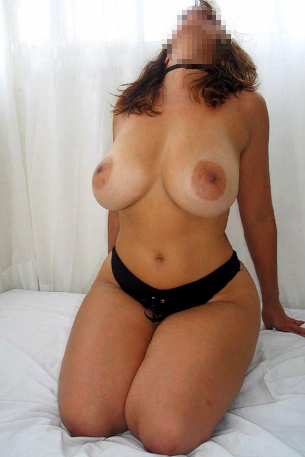 Les gros seins d'une cougar nue