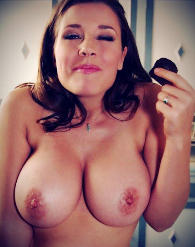 Elle baise sur le chat avec une belle ronde nue