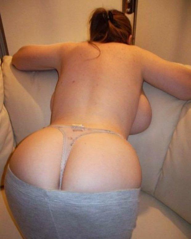 Jolie ronde de Lyon pose nue por offrir son cul