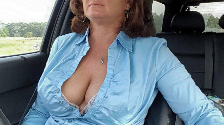Les gros nichons pulpeux d'une femme mature ronde
